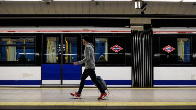 Un usuario espera en uno de los andenes de Metro de Madrid.