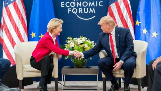 La presidenta de la Comisión Europea, Ursula von der Leyen, y el presidente de EE UU, Donald Trump.