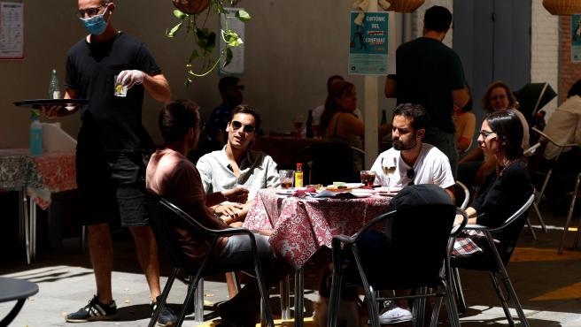 Barceloneses disfrutando de las terrazas abiertas el pasado fin de semana.
