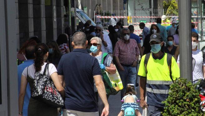 Varias personas pasean por una calle de Ceuta.