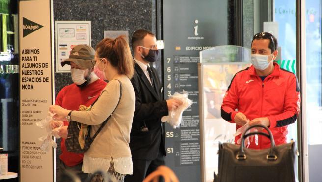 Varias personas con guantes y mascarilla comprando en El Corte Inglés. Gente comprando en El Corte Inglés 26/5/2020