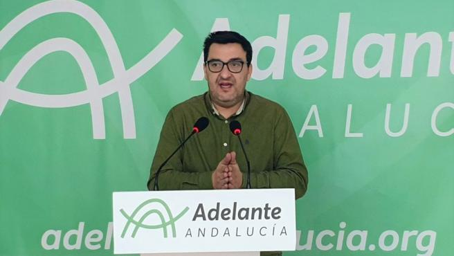 El diputado de Adelante Andalucía por Málaga, Guzmán Ahumada, en rueda de prensa.