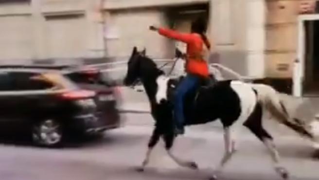El hombre huyendo con el caballo del policía.