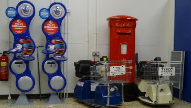 Dos 'stands' de lotería en un supermercado británico.