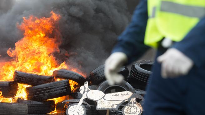 Quema de neumáticos en la manifestación.