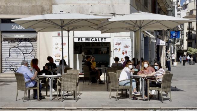 Terraza abierta en València el primer día de la Fase 1