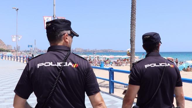 Dos agentes en la playa de El Postiguet.