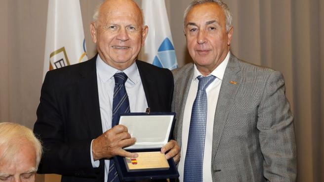 El presidente del COE Alejandro Blanco entrega una distinción al presidente de los EOC.