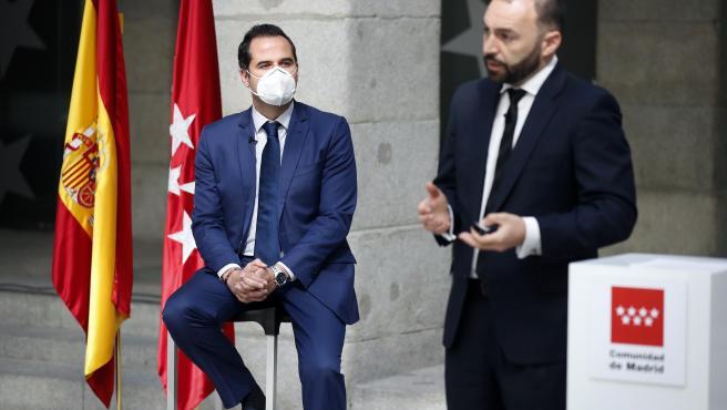 El vicepresidente y portavoz, Ignacio Aguado, junto al consejero de Economía, Manuel Giménez, este lunes. Foto. DIEGO SINOVA