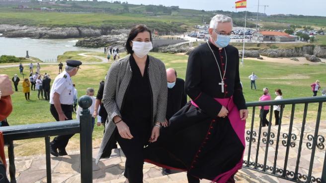La alcaldesa de Santander, Gema Igual, y el obispo de Santander, Manuel Sánchez Monge, en la Virgen del Mar