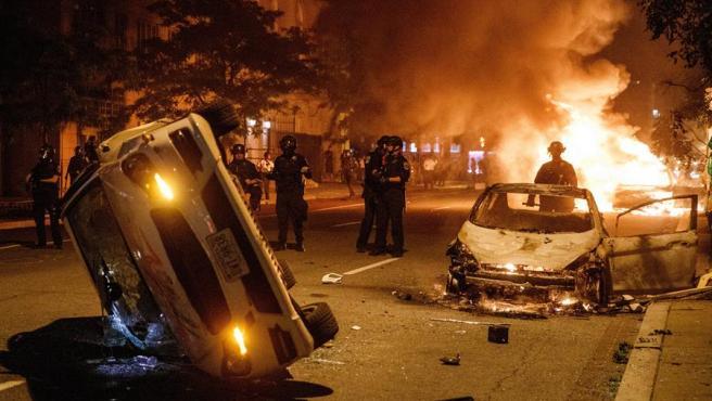 Fuegos y coches volcados duranbte las protestas en Washington.