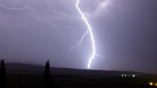 Rayo en una tormenta. Foto de archivo.