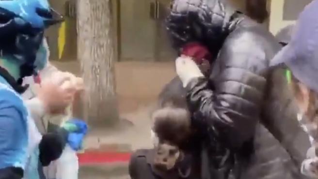 Las protestas por la muerte de George Floyd asfixiado por un policía blanco en Mineápolis llevan varios días reproduciéndose por todos los Estados Unidos. En Seattle, ciudad del estado de Washington, un policía ha sido acusado de rociar con gas pimienta a una niña que estaba presente en una de estas protestas.