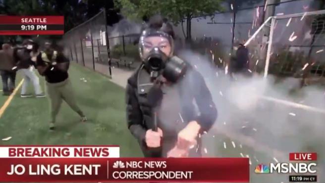 Atacan con una granada una reportera en Seattle.
