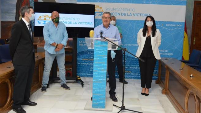 El alcalde de Rincón de la Victoria, Francisco Salado, informa de una aplicación para reactivar el consumo del comercio local