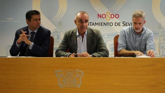 En el centro de la imagen, el concejal de Hábitat Urbano, Cultura y Turismo del Ayuntamiento, Antonio Muñoz