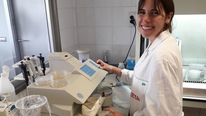 La autora del proyecto de valorización del pescado azul en la Costa Brava (Girona), Clara Barnés, que ha sido galardonada por la ACCA, filial del IEC