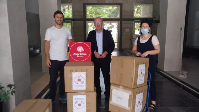 La Subdelegación del Gobierno en Gipuzkoa entrega a Cáritas y Cruz Roja una nueva remesa de 30.000 mascarillas