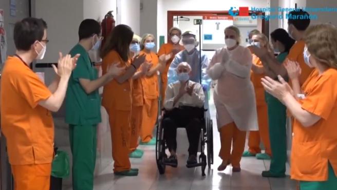 Pedro, de 88 años, abandona el Hospital Gregorio Marañón.