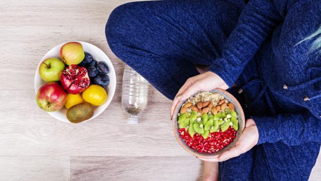 Hay que buscar alimentos ricos en proteínas que nos aporten energía.
