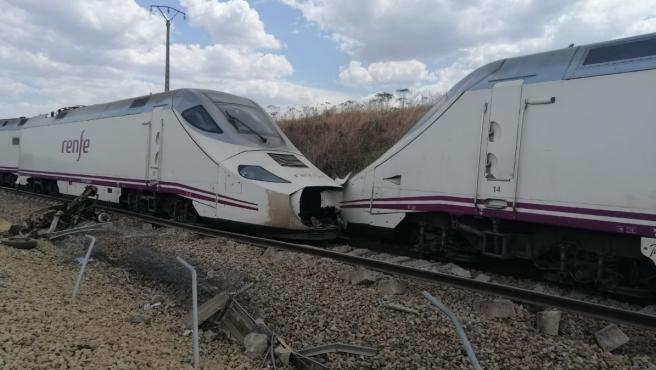A consecuencia de la colisión, la cabeza motriz del tren ha descarrilado. Los maquinistas del Alvia están heridos.