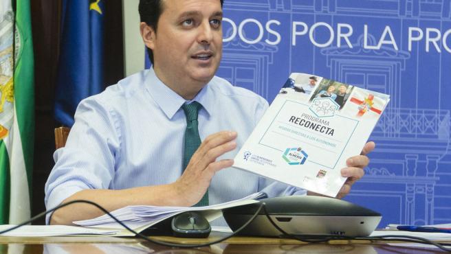 Programa Reconecta presentacion Junta de Gobierno Local Presidente Álvaro Izquierdo Pagina web Programa Almería. Reunión Despacho. Pantalla.