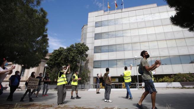 Protesta de trabajadores afectados por ERTE que todavía no han cobrado en Barcelona.