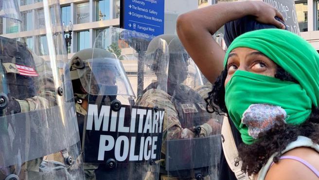 Manifestantes y miembros de la Policía Militar, cara a cara durante una protesta en Washington D.C. por la muerte del afroamericano George Floyd a manos de la Policía.