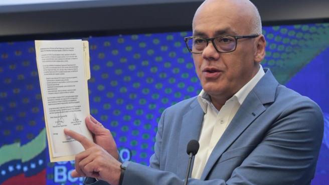 El ministro de Comunicación de Venezuela, Jorge Rodríguez, anuncia el acuerdo alcanzado con la oposición para la gestión de ayudas para la atención de la pandemia de COVID-19 en el país.