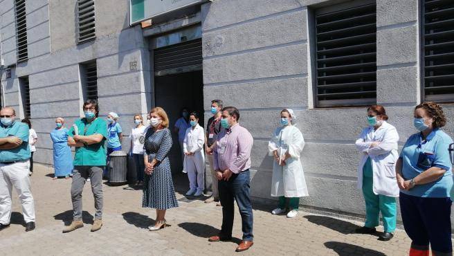 La delegada de Salud y profesionales sanitarios se concentran en repulsa por la agresión a un médico