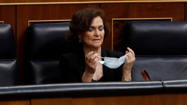 La vicepresidenta primera del Gobierno, Carmen Calvo, se coloca su mascarilla al inicio del pleno del Congreso.