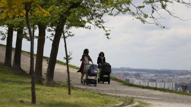Dos mujeres pasean con sus bebés en carrito