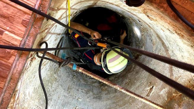 Efectivos del Servicio de Bomberos rescatan el cuerpo sin vida de un varón mayor que ha caído de forma accidental a un pozo en Pozohondo.