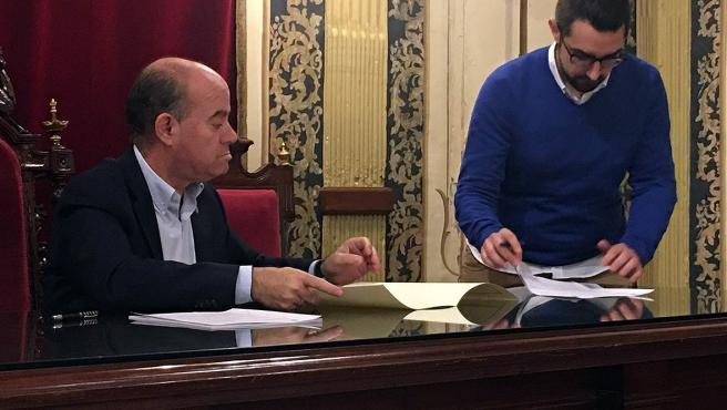 El alcalde de Antequera, Manuel Barón, firma un convenio de colaboración