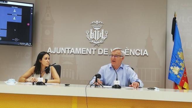 El alcalde de València, Joan RIbó, y la gerente del Colegio de Dietistas-Nutricionistas de la Comunidad Valenciana, Rocío Planells, presentando la iniciativa de la Plataforma Escuelas que Alimentan.