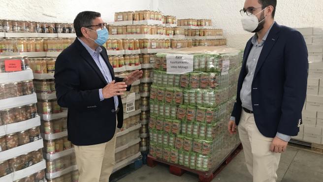 El alcalde de Vélez-Málaga, Antonio Moreno Ferrer, y el concejal de Derechos Sociales e Igualdad, Víctor González, durante su visista al almacén del banco de alimentos