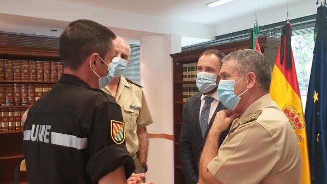 El delegado del Gobierno, Denis Itxaso, con responsables del Ejército que desarrollaron diversas actuaciones al declararse la pandemia por el covid-19
