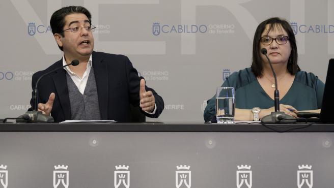 El presidente del Cabildo de Tenerife, Pedro Martín, y la consejera de Acción Social, Marian Franquet, en rueda de prensa