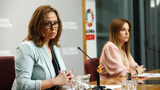 Las consejeras aragonesas de Presidencia, Mayte Pérez, en primer término, y de Ciencia, Maru Díaz.