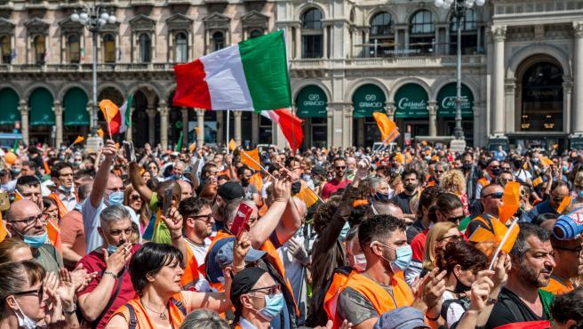 Manifestación chalecos naranjas en Milán