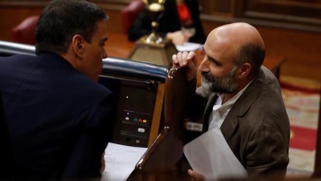 El diputado de BNG Néstor Rego Candamil, con Pedro Sánchez en el Congreso.