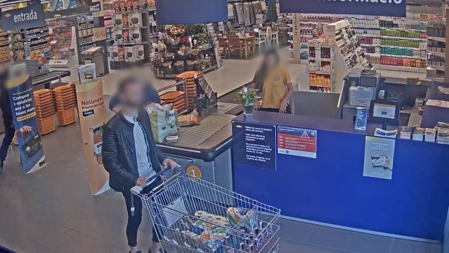 Un hombre roba bebidas alcohólicas de un establecimiento