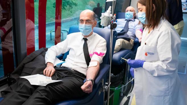 11,30 h.- O conselleiro de Sanidade, Jesús Vázquez Almuiña, doará sangue na unidade móbil que a Axencia de doazón de órganos e sangue (ADOS), terá emprazada diante do edificio administrativo do Sergas foto xoán crespo 04/06/2020