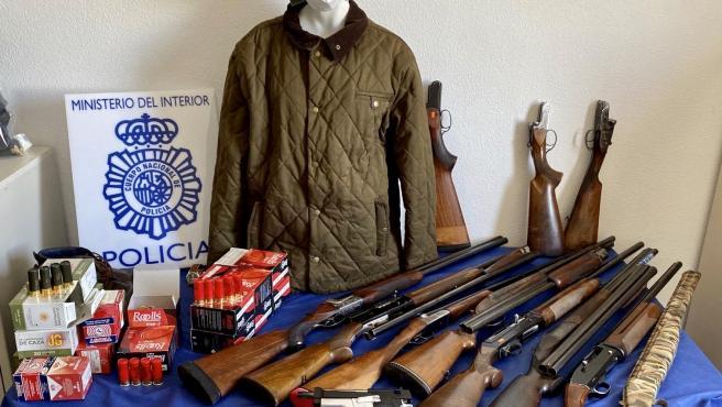 Imagen de las armas y los efectos intervenidos al presunto atracador