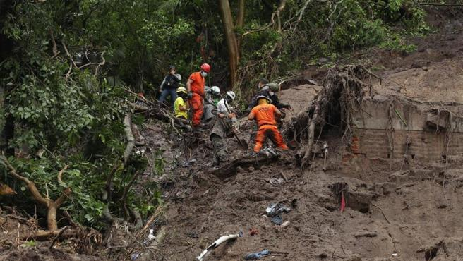 Un equipo de rescate trabaja en un alud originado por las lluvias torrenciales causadas por la tormenta tropical Amanda en Santo Tomás (El Salvador).