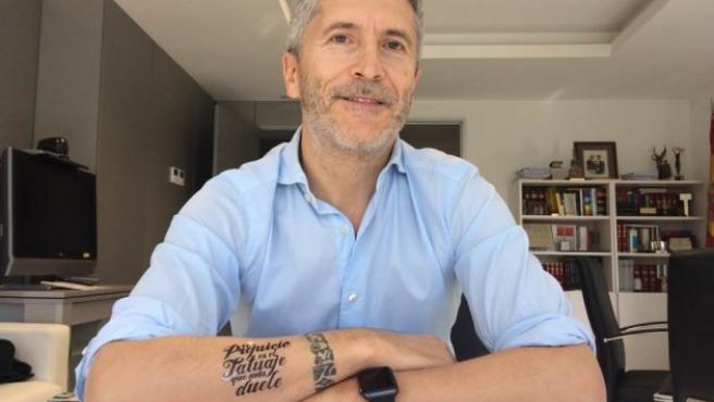 Marlaska muestra su tatuaje en el brazo.