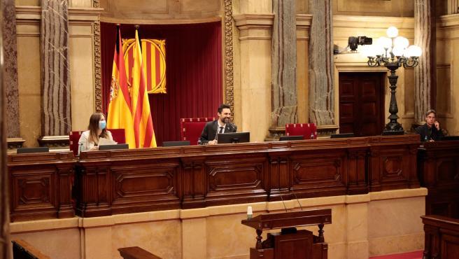Pleno del Parlament y su presidente, Roger Torrent, en la sesión del 4 de junio.