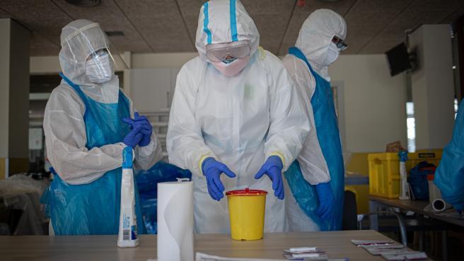 Voluntarios realizando tests rápidos de Covid-19 a usuarios y trabajadores de residencias de Barcelona, el pasado mes de abril.