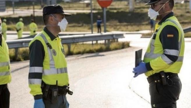 Agentes de la Guardia Civil con mascarillas en un control.
