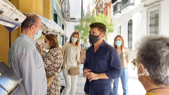 Beltrán Pérez con comerciantes